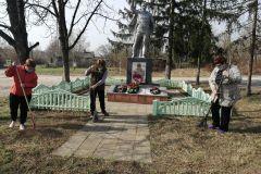 Чолховский ДК.Памятник односельчанам, погибшим в годы Великой Отечественной войны с. Крапивное