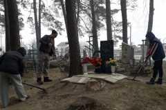 Сачковичский ДК. Уборка прилегающей территории к могиле неизвестного солдата на гражданском кладбище.
